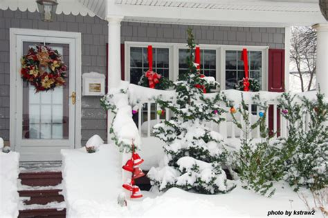 hang outdoor christmas wreaths to charm your home