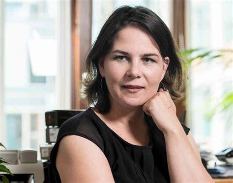 Mit schwarzer lederjacke schritt die. Grünen-Chefin Annalena Baerbock im Interview