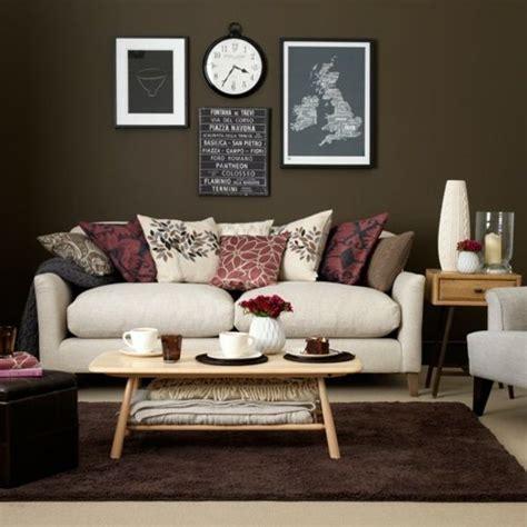 Wohnzimmer Wandgestaltung Braun by Wohnzimmer Braun Wei 223 Sofa Deko Kissen Rosa Rot Farbe