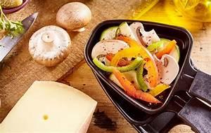 Schweizer Raclette Gerät : frische bestandteile f r ein schweizer raclette abendessen stockbild bild von schmelzen ~ Orissabook.com Haus und Dekorationen