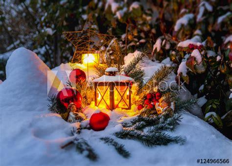 idyllische weihnachtsstimmung im verschneiten garten
