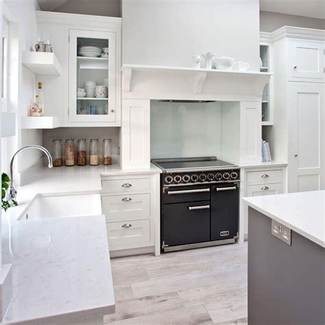 welcher bodenbelag für die küche massivholz arbeitsplatten caesarstone uk grau granit
