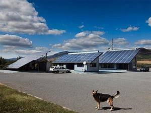 Hund Im Haus : hund vor einem haus mit photo voltaischem stockbild bild ~ Lizthompson.info Haus und Dekorationen