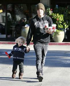 Pete Wentz And Son Bronx Getting Starbucks On Christmas ...