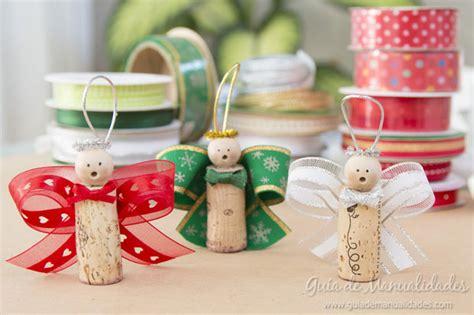 Angelitos navideños con corchos y cintas Guía de