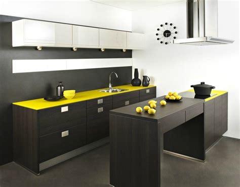 cozinha americana de tons amarelos fotos  imagens