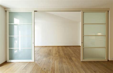 grande porte coulissante interieur porte coulissante grande largeur standard sur mesure ooreka