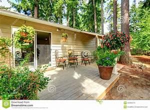 Cour De Maison : arri re cour de maison de campagne avec des pots de fleur photo stock image du ext rieur ~ Melissatoandfro.com Idées de Décoration