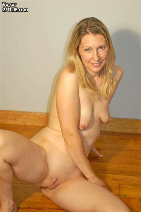 Une MILF blonde qui aime le foutre sur 2Folie