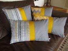 Housse De Coussin 60x40 : housse de coussin jaune moutarde blanc et noir motifs chevrons chevron et textiles ~ Teatrodelosmanantiales.com Idées de Décoration