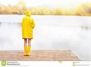 Frau Im Bild : junge frau im gelben regenmantel und in den gummistiefeln stockbild bild von nebelig kalt ~ Eleganceandgraceweddings.com Haus und Dekorationen