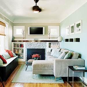 Kleines Wohnzimmer Einrichten : kleines wohnzimmer einrichten schwarze kommode als sitzfl che mit kissen dekoriert freshouse ~ Markanthonyermac.com Haus und Dekorationen