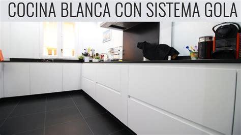 cocina blanca muy bonita sistema gola encimera granito