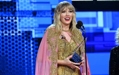 taylor swift collect  artist   decade award