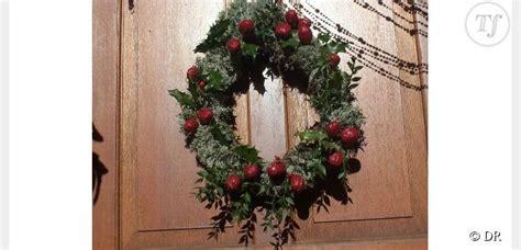decoration de noel avec du houx d 233 co de f 234 tes fabriquer une couronne avec des branches de houx diy