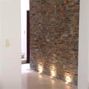 steinwand wohnzimmer mit beleuchtung die 25 besten ideen zu flurbeleuchtung auf led
