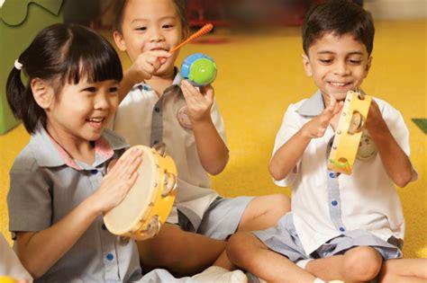 Menurut tempatnya, permainan anak paud / tk dibagi menjadi 2 macam, yaitu permainan di dalam ruangan dan permainan di luar ruangan. Pendidikan Seni Bermain Musik Untuk Anak Usia Dini - PAUD JATENG