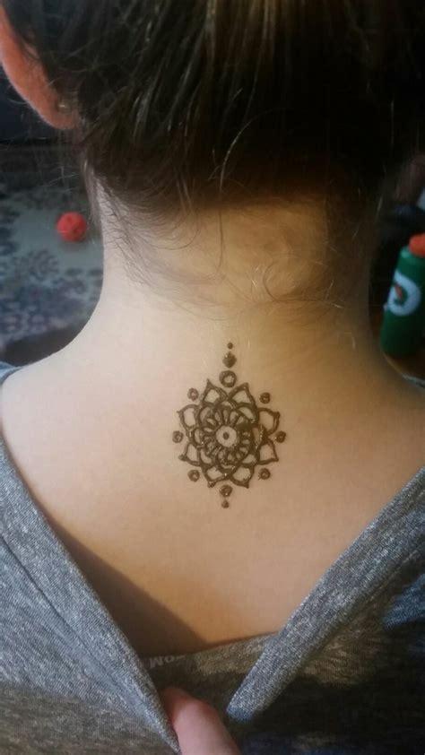 henna stechen blumen im nacken einer frau t