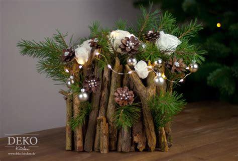 weihnachtsgestecke aus naturmaterialien diy weihnachtsdeko basteln adventsgesteck mit zweigen deko kitchen weihnachtsdekoration