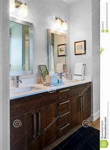 Double Vanit Et Miroirs De Salle De Bains Photo Stock