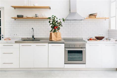 credence bois cuisine carrelage métro blanc dans la cuisine et la salle de bains
