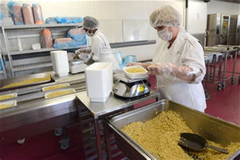 cuisine centrale tournefeuille elior enseignement inaugure la cuisine centrale de lyon