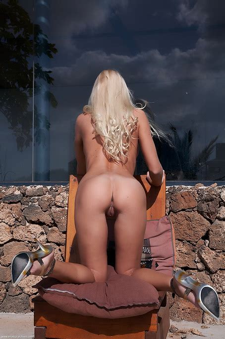 Soak Up The Sun And Get Sexy Outdoors With Naked High