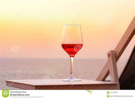 Un Verre De Vin Rouge Sur Un Fond De Mer De Coucher Du