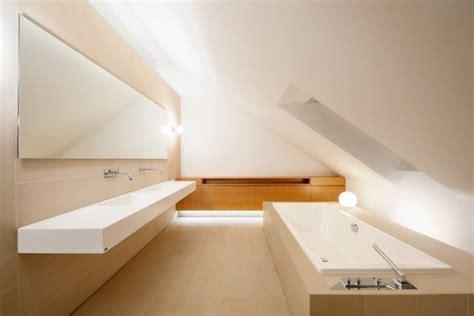 Badezimmer Fliesen Dachschräge by Badezimmer Dachschraege Fliesen Sanfarbe Beige Eingebaute