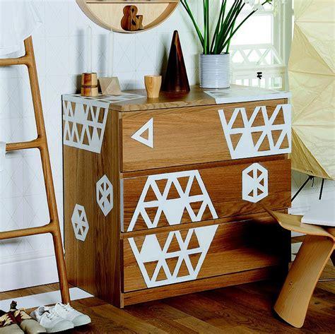 commode en bois de peindre une commode en bois avec des motifs graphiques