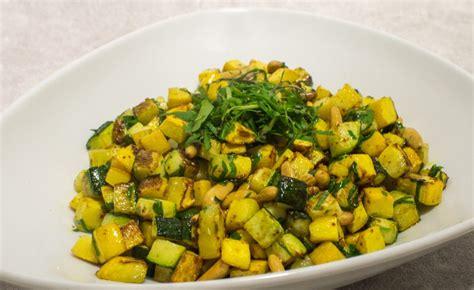 cuisiner une grosse courgette recette de poêlée de courgettes aux pignons par alain ducasse