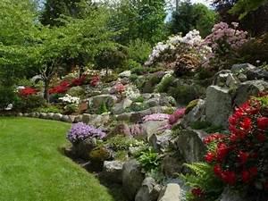 uppiger steingarten mit bunten blumen auf einem hang With superb amenager un jardin en pente 0 1001 idees et conseils pour amenager une rocaille fleurie