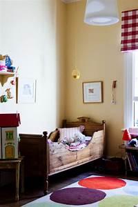 Une chambre enfant retro avec un lit bateau en bois for Tapis chambre enfant avec canapé bois exotique