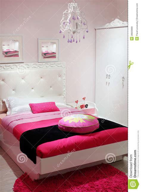 les tapis de chambre a coucher chambre à coucher avec la garde robe blanche et le tapis