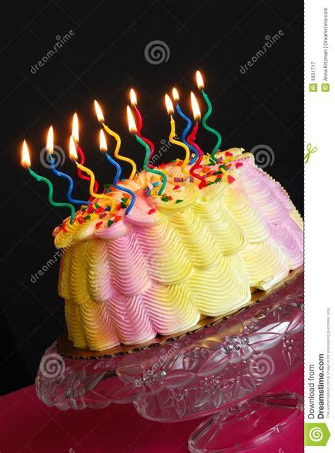 candele di compleanno torta di compleanno con le candele illuminate immagine