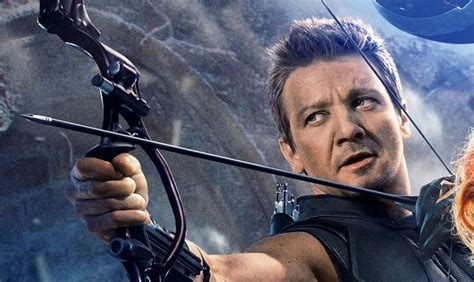 Avengers Infinity War Photo Shows Off Hawkeye New Look