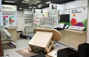 cell phone shop uk riots 2011 500 londoners offer to help clean up