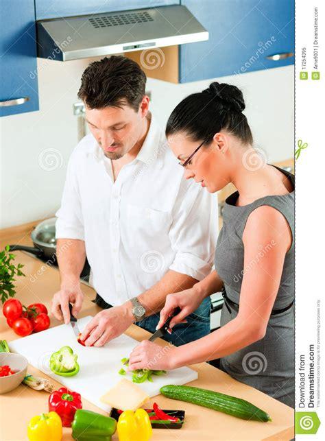 l amour dans la cuisine couples faisant cuire ensemble dans la cuisine image stock