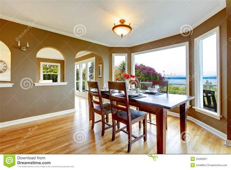 pareti sala da pranzo sala da pranzo con le pareti marroni e la tabella di legno