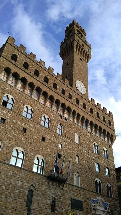 Construction on the solid fortress began in 1299 above the ruins of the destroyed uberti ghibelline towers, testimony of the final victory of the guelph faction. Palazzo Vecchio Firenze | Città