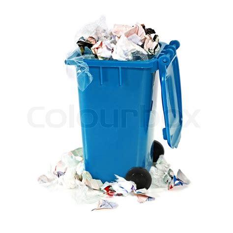 überfüllt blaue Mülltonne auf weißem Stockfoto
