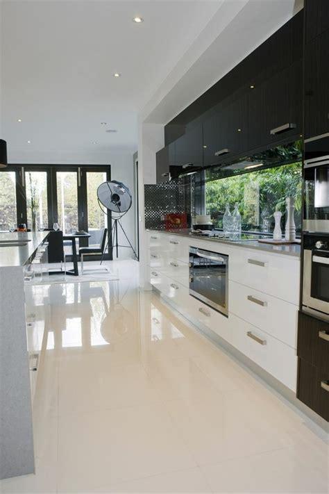 vers blanc dans la cuisine carrelage design carrelage beige brillant moderne