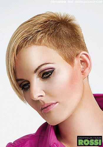 frisuren bilder asymetrischer kurzhaarschnitt mit rasierten seitenpartien frisuren haare