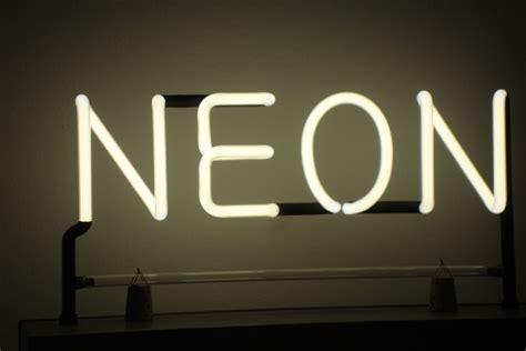 le de bureau neon expo le néon de georges claude à jeff koons streetpress