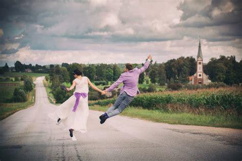 Latviešu fotogrāfs uzņem brīnumainus kāzu foto uz robežas ...