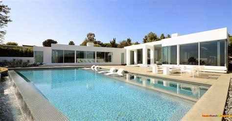desain kolam renang rumah mewah modern bentuk kubus
