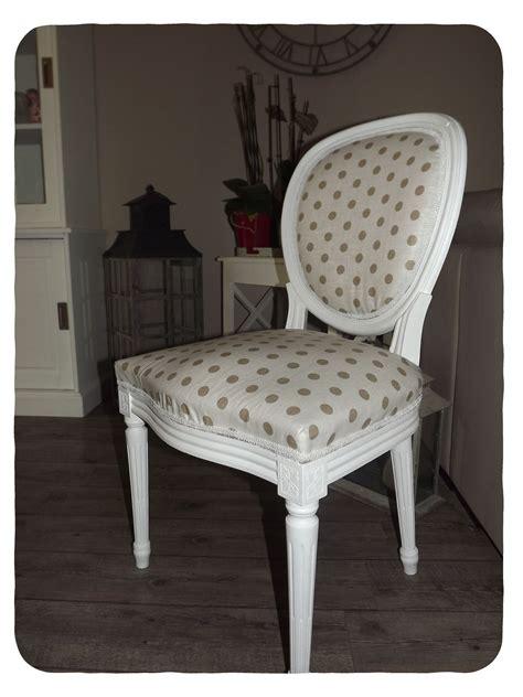 tapisser une chaise retapisser fauteuil medaillon