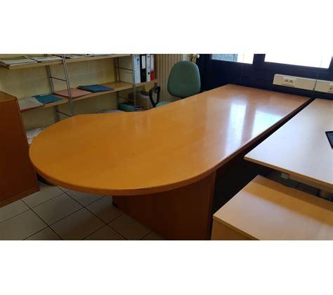 bureau surintendant des faillites bureau avec arrondi en bois clair avec faillites info