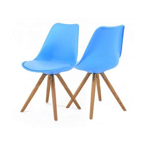 chaises bleues 2 chaises nordiques en plastique et bois bleues cross
