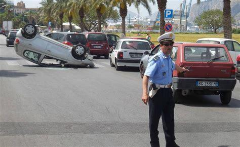 Si E Auto 4 Ans Incidente A Palermo Auto Si Ribalta Al Foro Italico Tre
